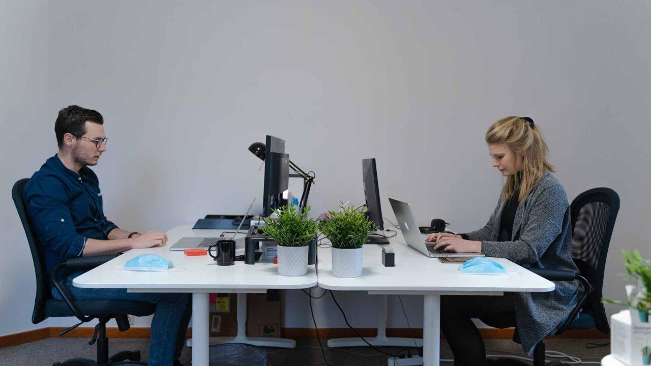Pracujesz na siedząco? Uważaj, te problemy mogą Cię szybko dosięgnąć!